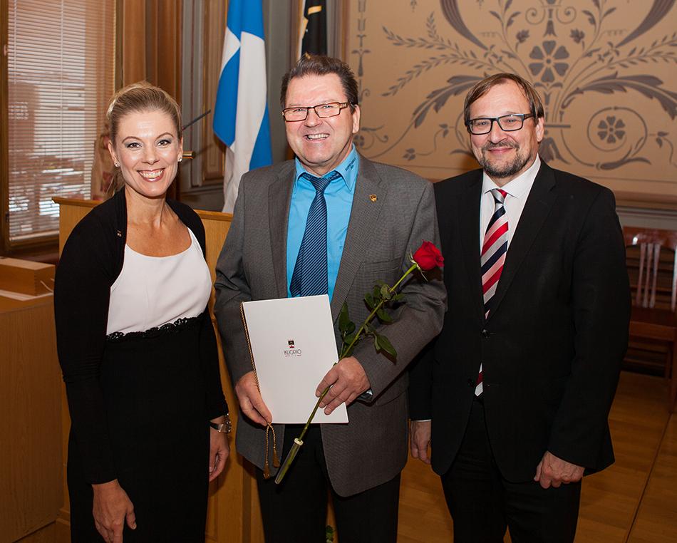 Kuopion markkinointijohtaja Kirsi Soininen, Kuopio-Jukolan kilpailunjohtaja Jouko Kaihua ja Kuopion kaupunginjohtaja Petteri Paronen palkitsemistilaisuudessa.