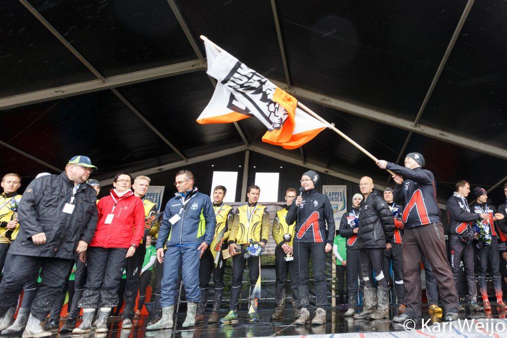 Jukolan lippu luovutettiin Joensuu-Jukolan edustajille.