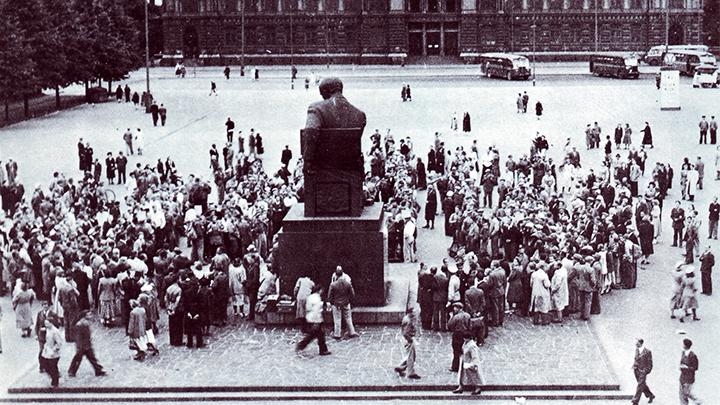 Ensimmäisen Jukolan viestin kaikki kilpailijat kookuntuivat Helsingin rautatientorille Aleksis Kiven patsaalle. Päivämäärää ei tiedetty. Kuorma-autot veivät lähtöpaikalle. Kuva ja kuvateksti: Jukolan viestin tarina 1949-1988.