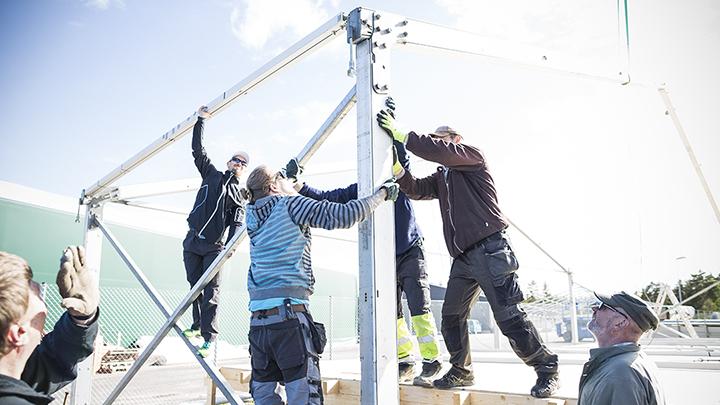 Jukolan viestin kilpailukeskuksen rakentaminen tapahtuu viimeisten kahden viikon aikana ennen kilpailua. Rakentajina vapaaehtoiset talkoolaiset. Kuvat Ilkka Metsälä